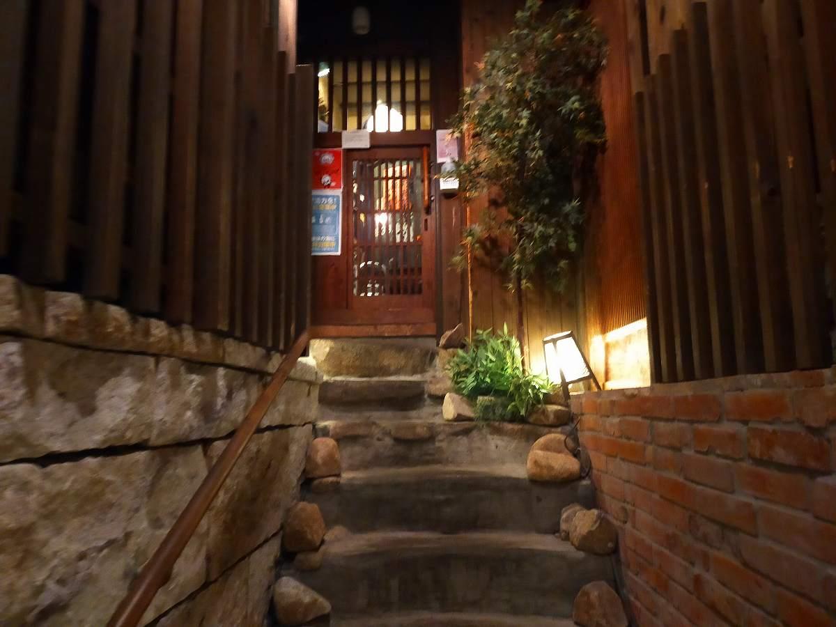階段をのぼると2階に入り口があります。