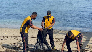 Bakti Lingkungan, Polres Pelabuhan Makassar Bersihkan Sampah di Pulau Kayangan