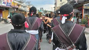 Walau Diguyur Hujan, Generasi Muda Samosir Tetap Semangat Parade Hari Ulos