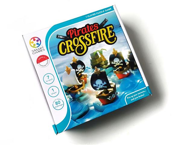 na zdjęciu pudełko gry Pirates Crossfire z ilustracjami statków na planszy i logo Smart games