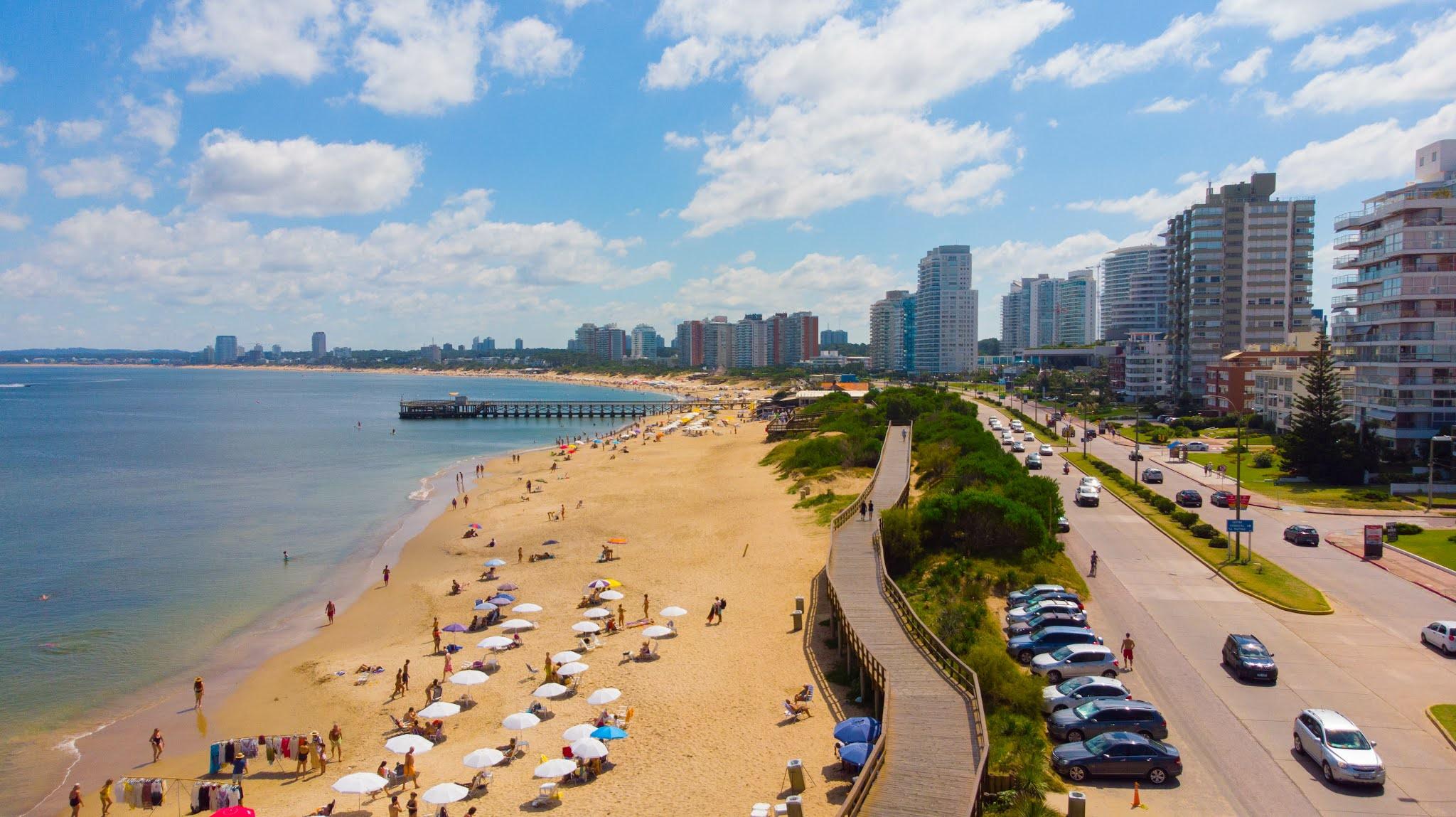 Uruguay evalúa vacunar a los turistas argentinos con dosis de Pfizer y Sinovac