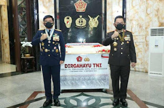 Panglima TNI Marsekal Hadi Tjahjanto Terima Kejutan dari Kapolri di HUT Ke-76 TNI