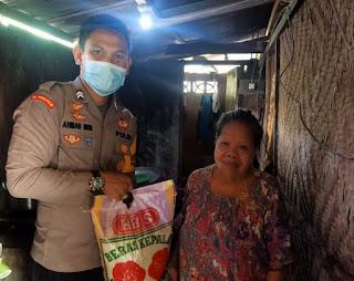 Kurangi Beban Warga di Masa Pandemi, Bhabinkamtibmas Polsek Enrekang Berikan Bantuan Sembako