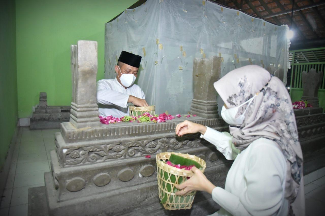 Jelang Hari Jadi, Bupati Kebumen Ziarahi Makam Leluhur Tengah Malam