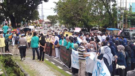Mahasiswa Unjuk Rasa ke DPRD Sumbar