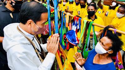 Presiden Beli Noken di Pinggir Jalan dari Mama-Mama