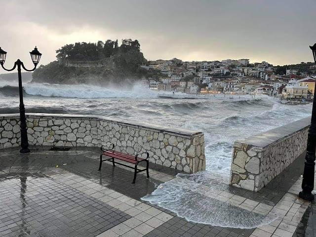 Η θάλασσα βγήκε στη στεριά και κάλυψε την παραλία της Πάργας.. Ισχυροί άνεμοι σαρώνουν την περιοχή και τα προβλήματα είναι αναπόφευκτα.