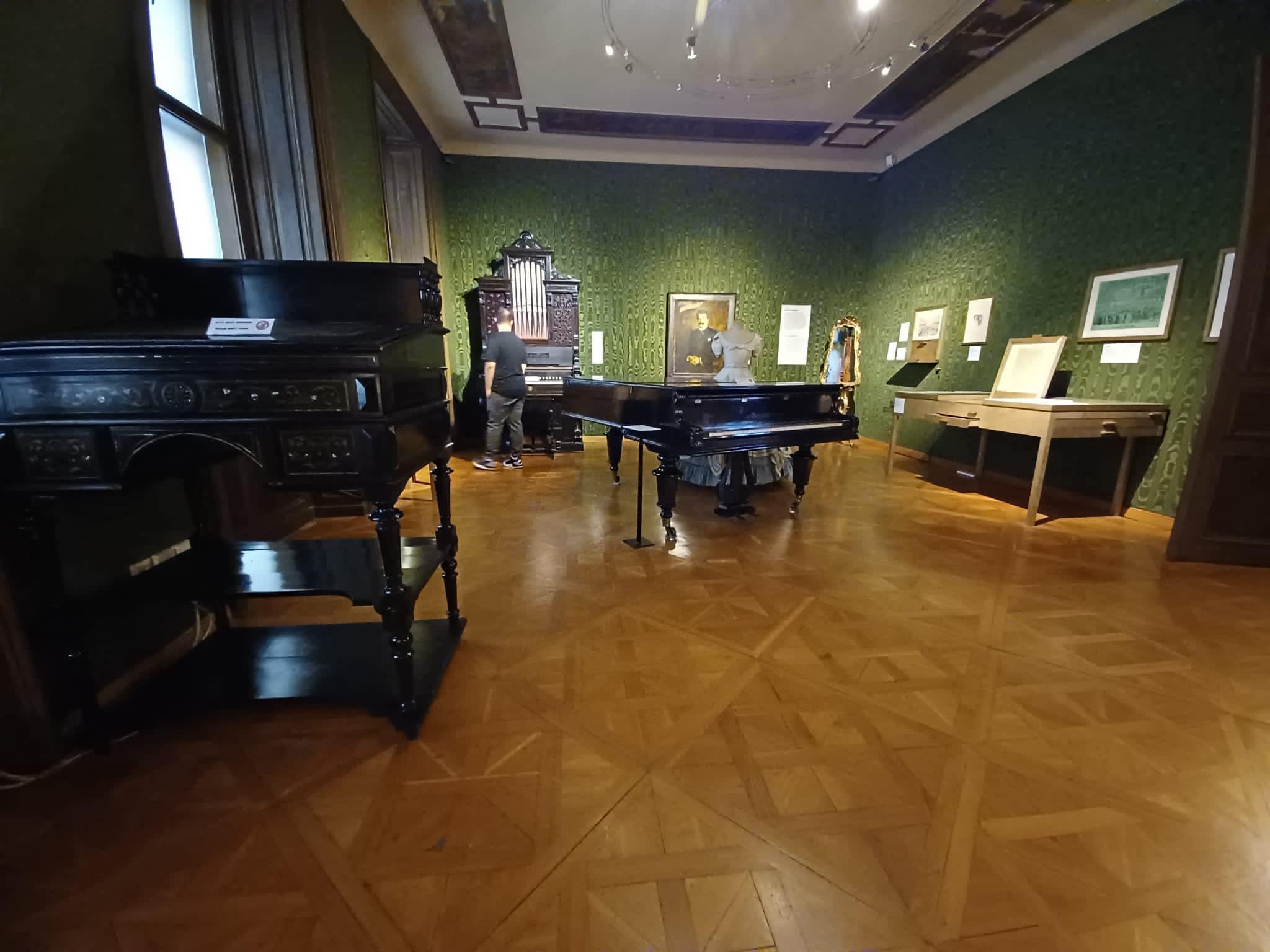 Johann Strauss Apartment instruments