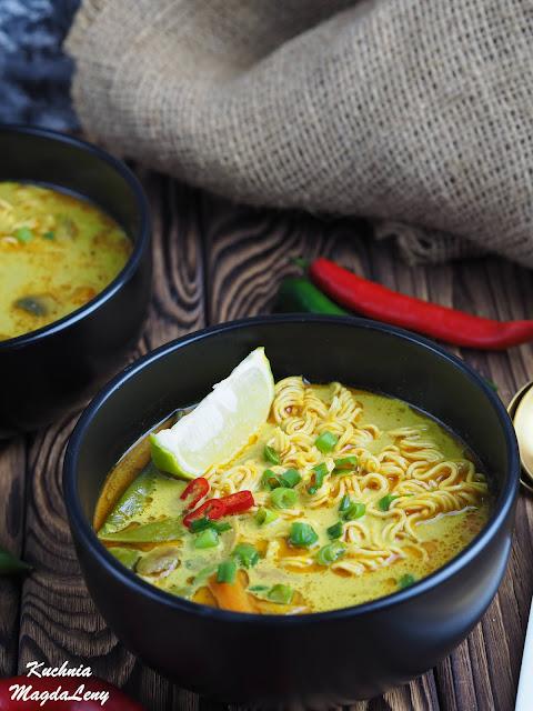 Rozgrzewająca zupa curry z makaronem