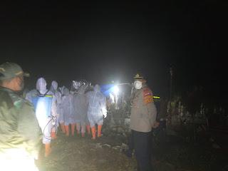Kapolsek Curio Polres Enrekang Bersama Anggotanya Lakukan Pengamanan Pemakaman Warga Yang Terkonfirmasi Covid 19