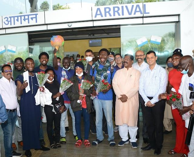 राष्ट्रीय आदिवासी नृत्य महोत्सव,नाइजीरिया के कलाकारों के रायपुर पहुंचने पर संस्कृति मंत्री श्री अमरजीत भगत ने किया आत्मीय स्वागत