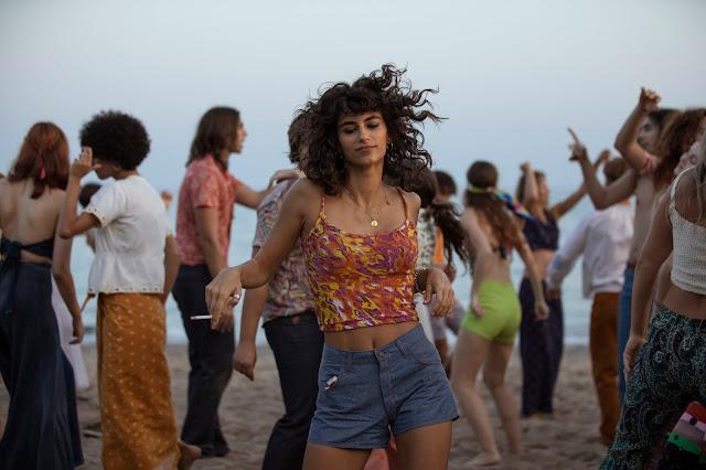Tere (Begoña Vargas) baila en la playa durante una fiesta.