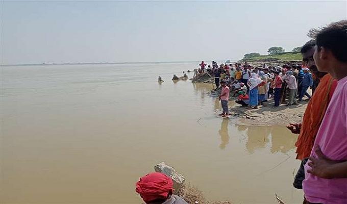 गाजीपुर: गंगा नदी में स्नान के दौरान किशोरी सहित दो लोग डूबे, गोताखोर तलाश में जुटे