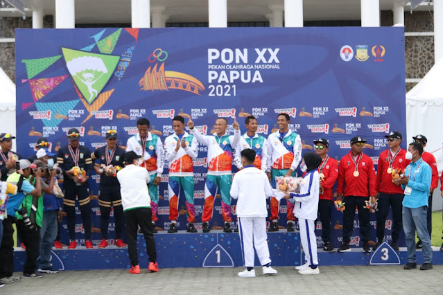 5 Atlet Terjun Payung Papua Terima Medali Emas PON XX .lelemuku.com.jpg