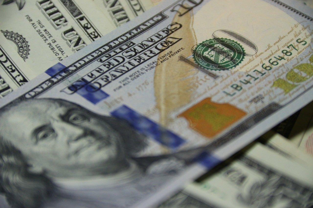 Dólar opera instável e vai a R$ 5,55 com incerteza internacional; Bolsa tem leve alta