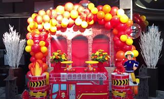 Ballondekoration zum Kindergeburtstag im Feuerwehrdesign.