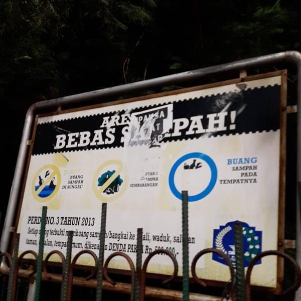 Satpol PP Copot Selebaran 'Dipaksa Sehat di Negara yang Sakit' di Jaktim