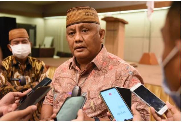 Gubernur Gorontalo Rusli Habibie saat diwawancarai wartawan, Jumat (1/10/2021). Gubernur Rusli mengaku prihatin dan tersinggung dengan sikap Mensos Risma yang marah-marah di kampung halamannya. (Foto: KOTA GORONTALO, Kominfo/Salman).