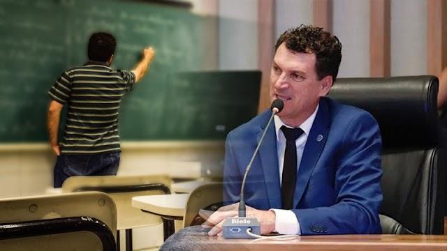 O Deputado distrital Iolando Almeida, sugere  em um PL, a proibição e multa de R$ 5 mil para as escolas que usar linguagem neutra