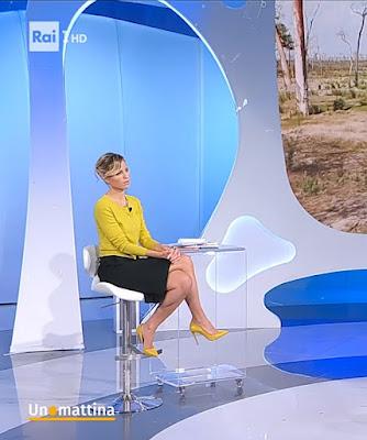 Monica Giandotti abbigliamento gonna nera maglietta gialla tacchi alti Unomattina 26 ottobre 2021