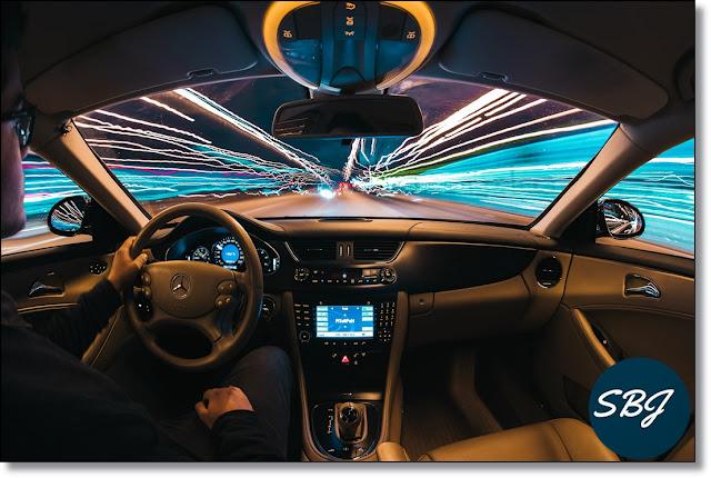 mengendarai mobil di jalanan