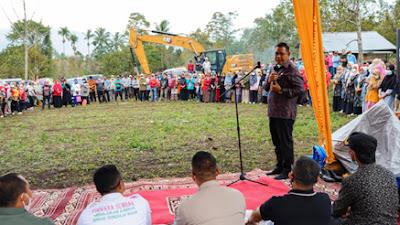 Manfaatkan Ekskavator, Warga Talang Goro Bersama Bupati Solok