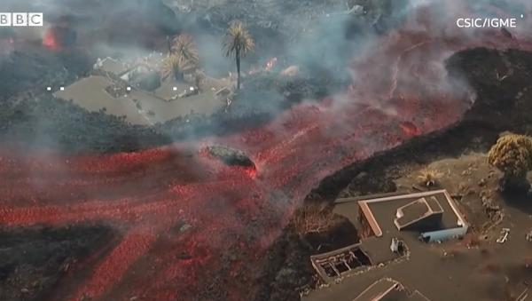 [VIDEOS] Éruption volcanique à La Palma : la lave du volcan  engloutit un cimetière, laissant craindre la propagation de gaz potentiellement toxique