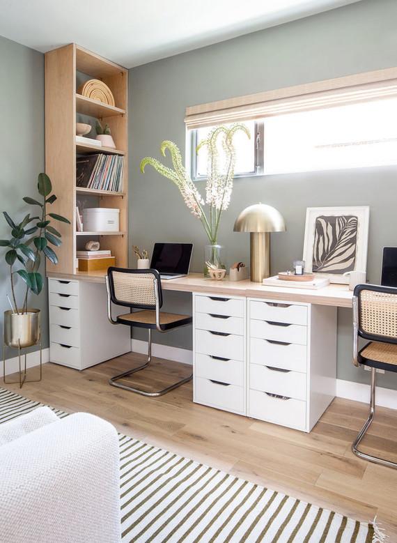 Antes y después: una habitación de invitados y despacho para dos: foto del después con despacho debajo de la ventana