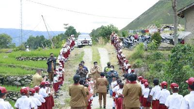 Bupati Samosir bersama Alumni SD dan Raja Tamba Tanam 1000 Pohon Mahoni di Tamba Dolok Samosir