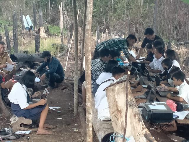 Miris! Siswa Sintang Kalbar Ujian di Atas Bukit Pakai Sinyal Malaysia