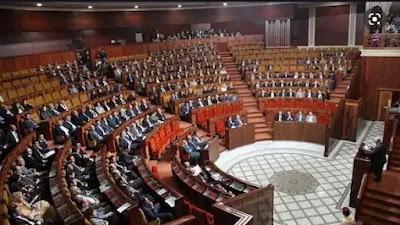 """هذه لائحة العائلات البرلمانية..برلمانيون يجلسون جنبا إلى جنب مع زوجاتهم وبناتهم وأبنائهم على """"الكراسي الناعمة"""" داخل قبة البرلمان .."""