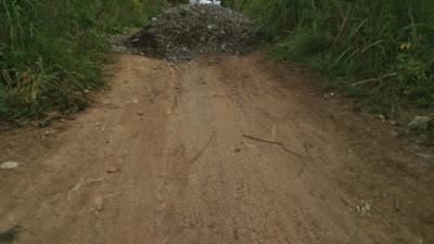Jelang Pilkades Compong, Warga Tutup Akses Jalan Gunakan Timbunan, Perekonomian Warga Nyaris Lumpuh
