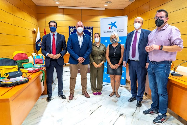 En Fuerteventura Cabildo, Fundación 'la Caixa' y CaixaBank entregan 336 mochilas a escolares en situación de vulnerabilidad