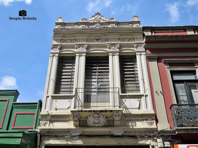 Vista da fachada de uma edificação antiga construída em 1916 na Rua Florêncio de Abreu - Centro