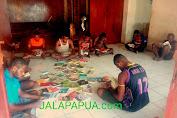 Komunitas Literasi Anak Koteka (K-LAK), Membaca Buku Bersama