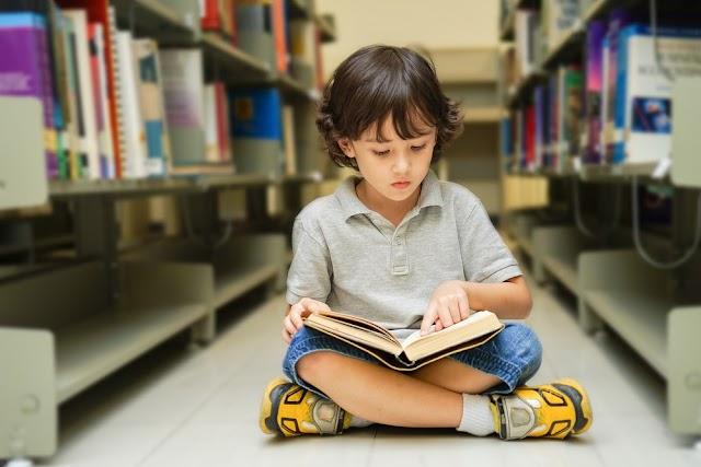 Πώς να βοηθήσετε το παιδί να εξοικειωθεί με το διάβασμα