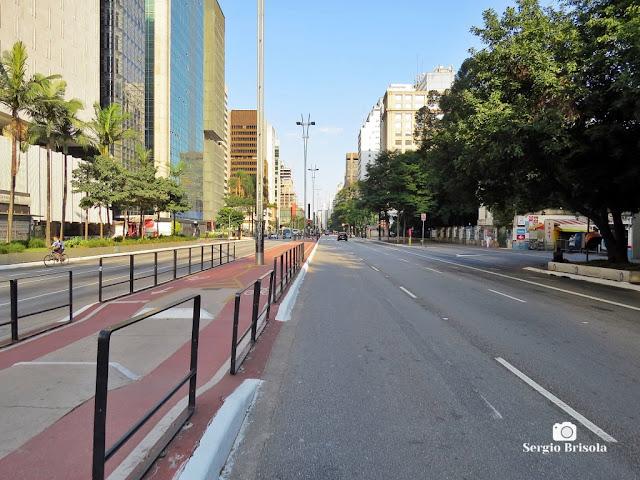 """Vista ampla de trecho da Avenida Paulista no ápice da """"quarentena"""" do Covid-19 em Abril de 2020"""