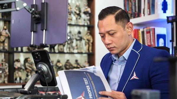 Foto AHY Cukur Rambut Berjubah Khusus Bikin Netizen Gagal Fokus