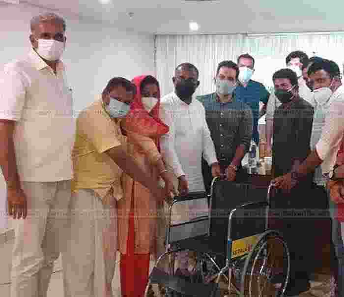 Kasaragod, Kerala, News, Students, Wheel Chair, President, Kerala Singers Group distributed wheelchair.