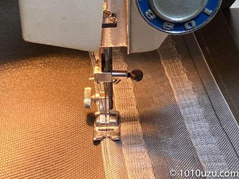 防草シートにフラットカーテンの芯地を縫いつける