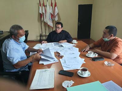 """Ketua Umum Serikat Media Siber Indonesia (SMSI) kunjungi 2 petani sawit dan pengurus Koperasi Petani Sawit Makmur (KOPSA-M) Riau di Bogor (07/10/2021). Usai mengunjungi petani dan pengurus koperasi tersebut, Firdaus mengatakan,""""petani dan pengurus koperasi tersebut masih proses masuk dalam perlindungan saksi dan Korban (LPSK)"""