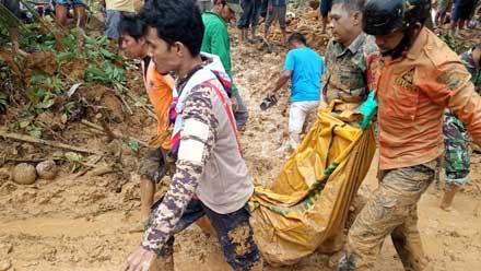 evakuasi jasad korban dari lokasi longsor di Tanah Taban