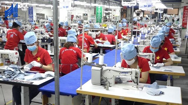 Công nhân tại công ty may 10