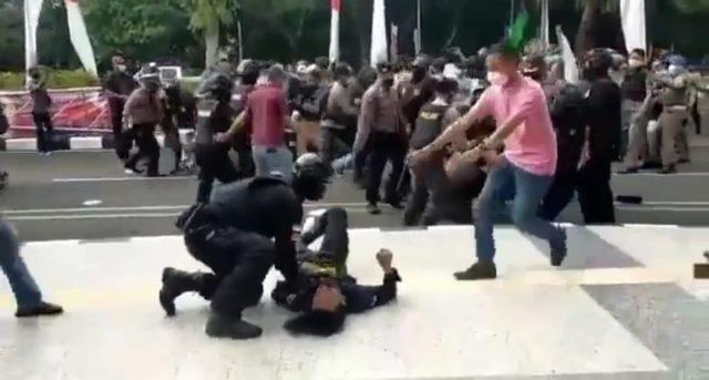 VIDEO: Mahasiswa Dibanting Polisi hingga Menggelepar Saat Demo di Pemkab Tangerang