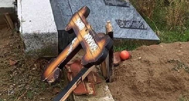 Поломљени крстови на српском гробљу у Ораховцу