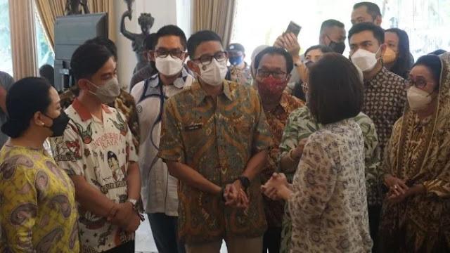 Momen Sandiaga Salah Kostum Saat Tinjau Pameran Batik
