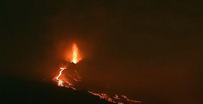 L'inarrestabile furia del vulcano Cumbre Vieja. Nuova colata di lava sul versante nord