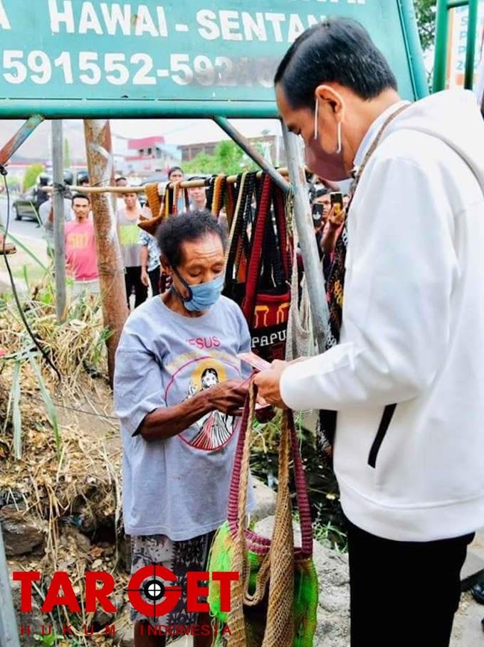 Saat Presiden Joko Widodo  Beli Noken di Pinggir Jalan dari Mama-Mama