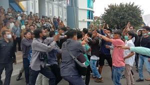 Aksi Unras Jilid Dua KMD Ricuh, Gerbang Pemda Dompu Jebol Didobrak Massa