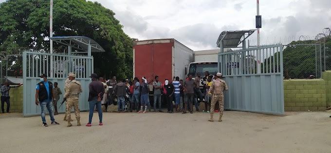 (Ver Vídeo) Haitianos cierran puerta fronteriza en Elías Piña